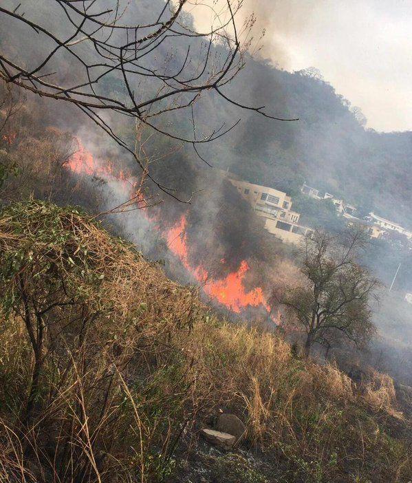 Las clases se suspendieron en el colegio 28 de Mayo debido a que el fuego se expande. Foto: Bomberos Guayaquil.
