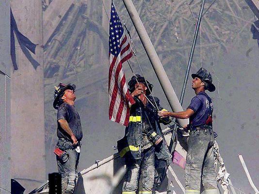 La bandera de EE.UU. izada en la Zona Cero de Manhattan por unos bomberos, se convirtió en un símbolo de esperanza y capacidad de recuperación frente a una tragedia inimaginable.