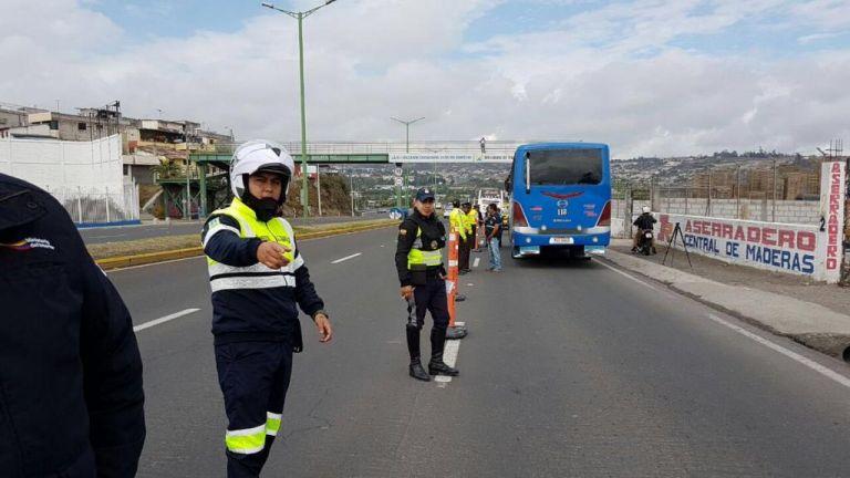 Los agentes hallaron 540 kilos de cocaína líquida en 1.042 latas en un operativo en Ibarra. Foto: ANT.