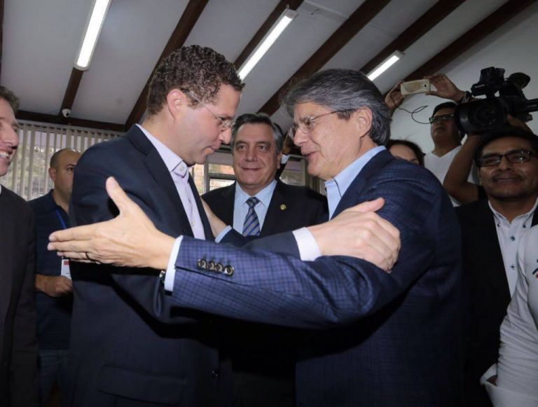 El alcalde de Quito, Mauricio Rodas (i), y el candidato presidencial por CREO, Guillermo Lasso, durante una reunión en Quito. Foto: API.