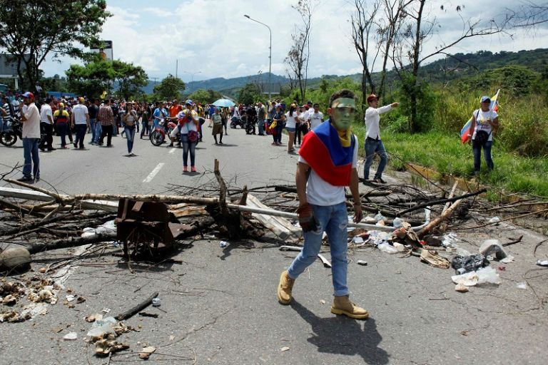 Otros dos policías resultaron heridos durante enfrentamientos entre agentes y manifestantes de oposición en Venezuela. Foto: REUTERS.