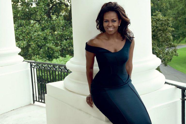 EE.UU.- Fotografiada por Annie Leibovitz en los jardines de la Casa Blanca, Michelle aparece en la portada con un traje de Carolina Herrera y maquillaje natural. Fotos: Vogué