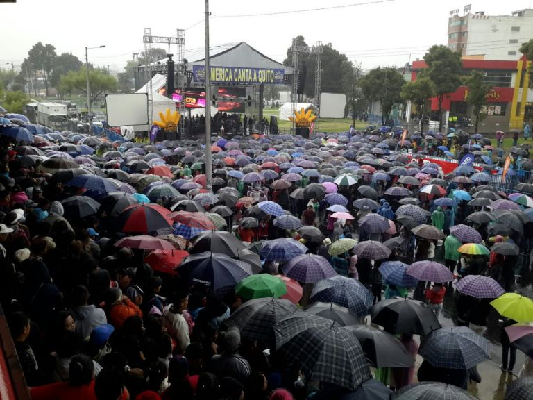 """QUITO, Ecuador.- Una de las actividades en la que se evidencia a la gente bajo los paraguas es """"América le canta a Quito"""", en la tribuna del Sur. Foto: COE Quito"""