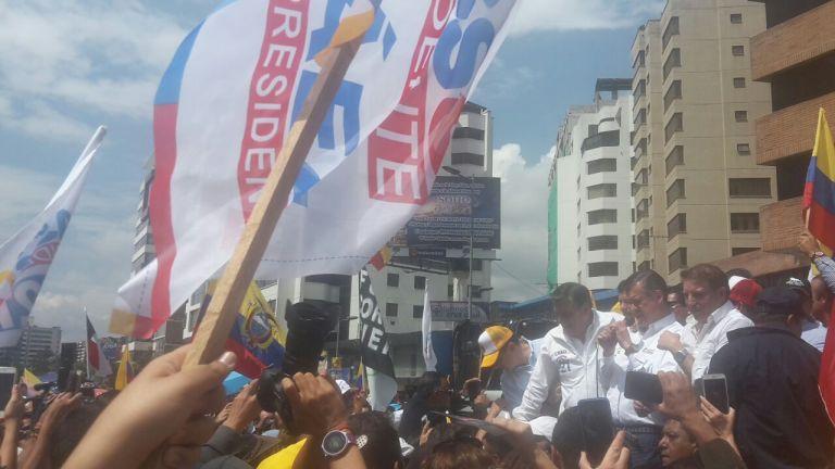 La vigilia de quienes votaron por CREO empezó la noche de domingo y continúa hasta hoy. Foto: Alejandro Pérez