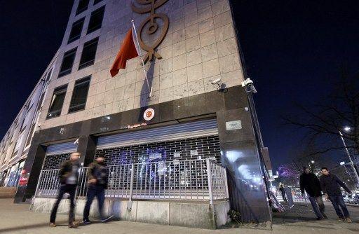 """Vista exterior del Consulado turco en Holanda. El Presidente turco, Erdogan, prometió que Holanda """"pagará caro"""" por prohibir las actividades políticas a sus dos ministros. Foto: AFP"""