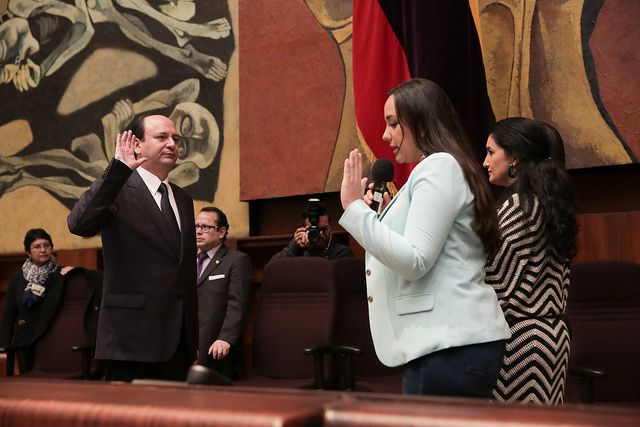 La presidenta de la Asamblea, Gabriela Rivadeneira, tomó el juramento del nuevo fiscal.   Foto: Asamblea Nacional.