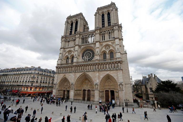 Fuerzas policiales han desplegado un amplio perímetro de seguridad en torno a la explanada de Notre Dame.   Foto: Reuters.