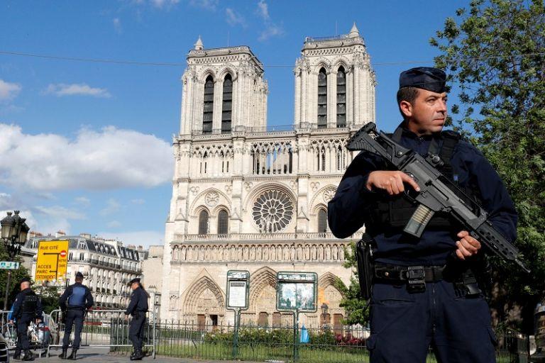 La mañana de hoy, un yihadista agredió a un policía delante del emblemático monumento.   Foto: Reuters.