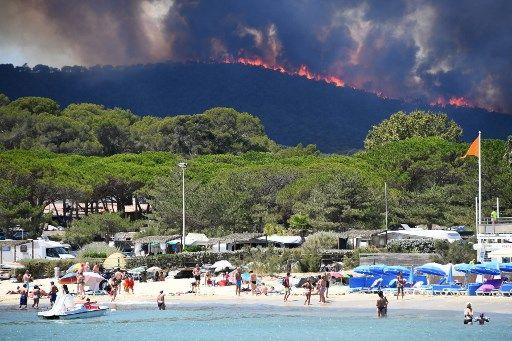 Este voraz incendio ha destruido ya unas 1.500 hectáreas. Unos 550 bomberos están movilizados, respaldados por medios aéreos. Foto: AFP