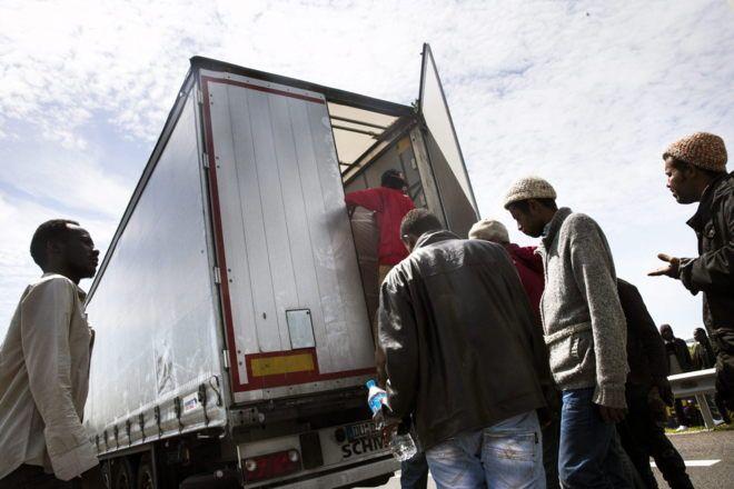 Muchos migrantes que desean llegar a Gran Bretaña intentan a menudo subir a los camiones. Foto referencial