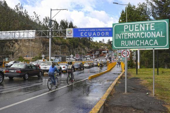 Los trámites de ingreso toman períodos prolongados de entre 2 y 3 horas, ocasionando la acumulación en el punto de control migratorio. Foto: Andes