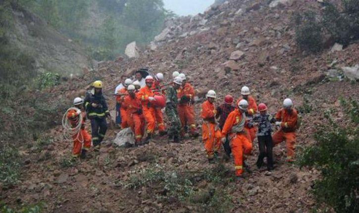 En la zona de la catástrofe había numerosas fuerzas de seguridad desplegadas y los socorristas se esforzaban para buscar a los sobrevivientes. Foto referencial
