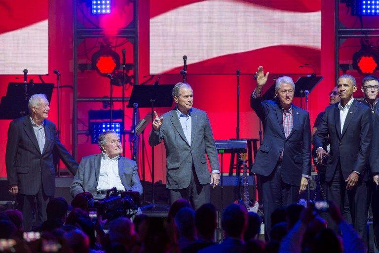 Los cinco exmandatarios subieron al escenario en el momento de cantar el himno nacional. Foto: AFP