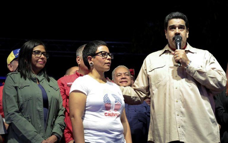 """""""Hemos ganado más de 300 alcaldías del país, de las 335"""", aseguró el presidente Maduro en la celebración de la victoria ante sus seguidores. Foto: Reuters"""