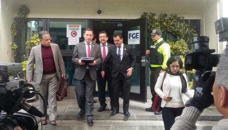 El asambleísta entregó en la Fiscalía General del Estado en Quito, documentación que podría servir para la apertura de una indagación. @PublicaFM
