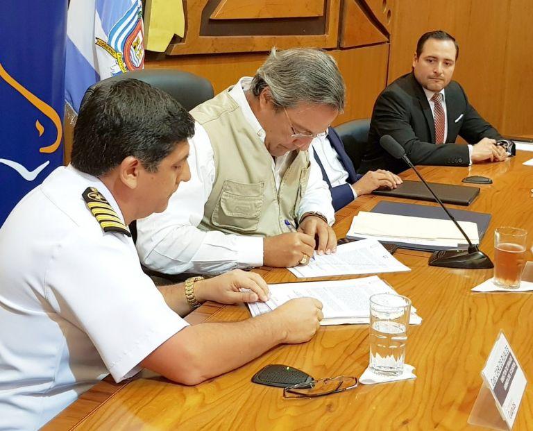 El prefecto del Guayas, Jimmy Jairala, y el capitán Carlos Ruales firmaron este 2 de abril de 2018 la adjudicación del dragado en el río Guayas. Foto: Prefectura