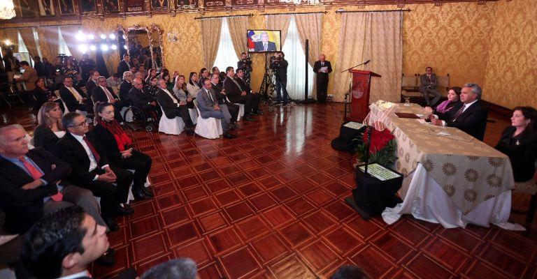 Moreno firmó los decretos ejecutivos de nombramiento de los nuevos funcionarios gubernamentales y posteriormente éstos prometieron su cargo. Foto: Presidencia