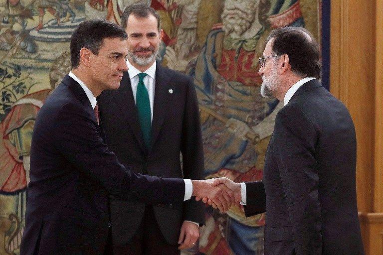 Su llegada oficial al Palacio de la Moncloa ocurre 24 horas después de que el Congreso de los Diputados aprobara la moción de censura presentada por los socialistas contra Rajoy. Foto: AFP