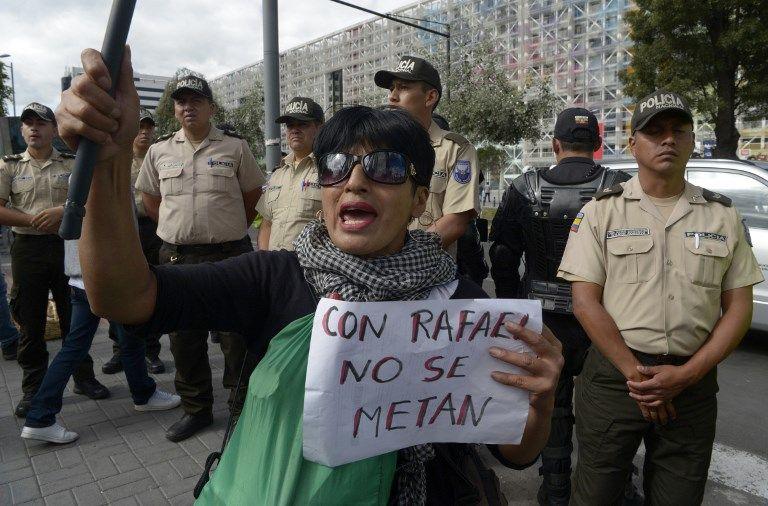 Varios de ellos insultaron y agredieron a los servidores policiales con piedras, palos y pintura. Foto: AFP
