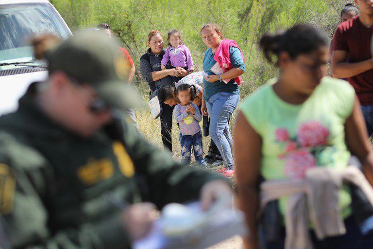 Estos menores tienen edades que van desde un año a los 18 y son retenidos en centros de acogida. Foto: AFP