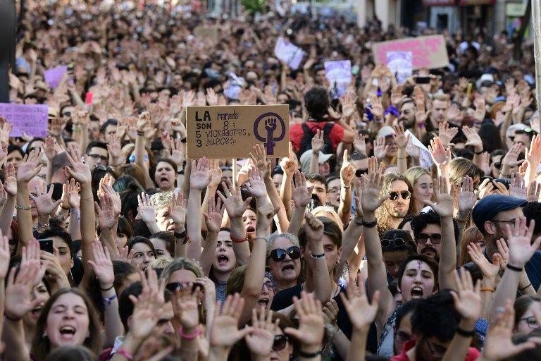 """""""Basta ya de justicia patriarcal"""", gritaron los manifestantes, mujeres y hombres de todas las edades. Foto: AFP"""