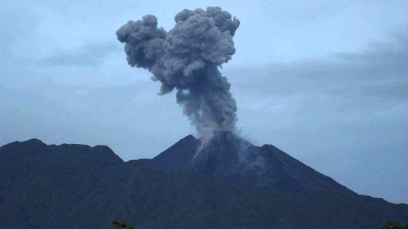 """QUITO, Ecuador.- Situado a unos 90 kilómetros al este de Quito, el volcán mantiene una actividad eruptiva """"alta"""". Foto: Tomado de Diario del Río."""