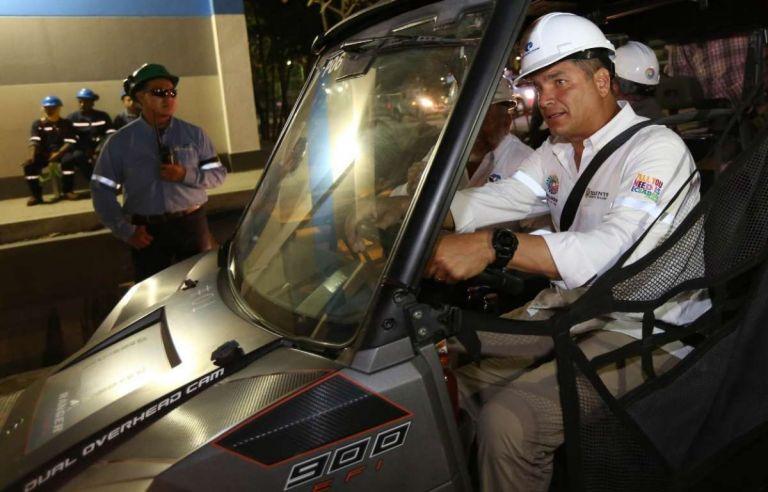 Correa durante un recorrido en las instalaciones de la refinería de Esmeraldas. Foto: archivo Presidencia de la República