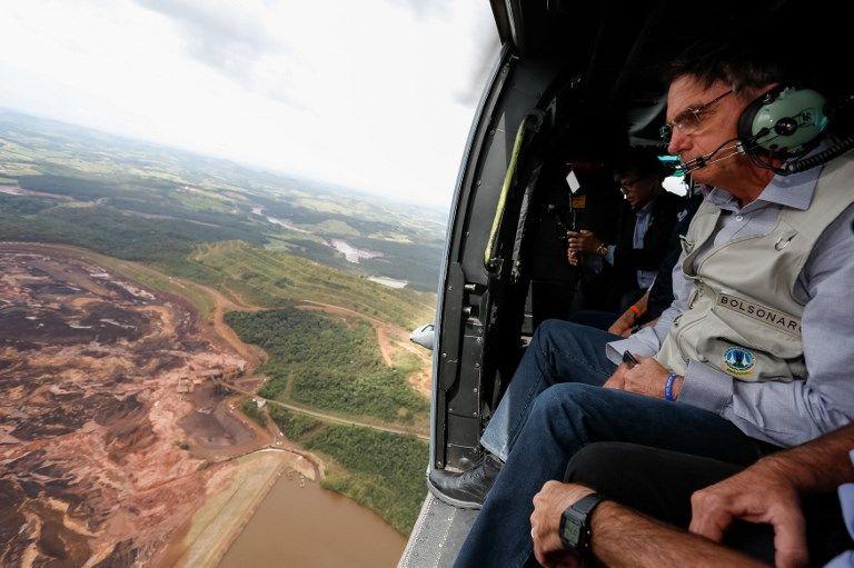 El presidente brasileño Jair Bolsonaro sobrevolando el área afectada. Foto: AFP