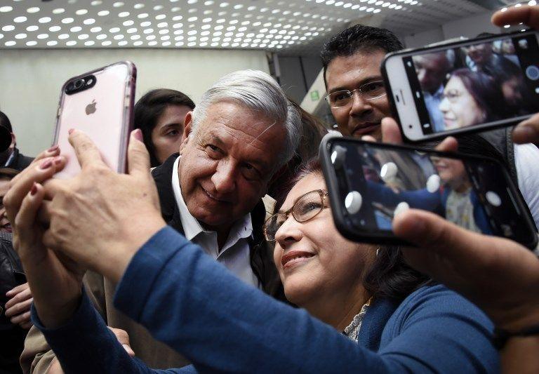 Ya arriba del avión, desde su asiento pegado a la ventanilla seguía concediendo fotografías. Foto: AFP