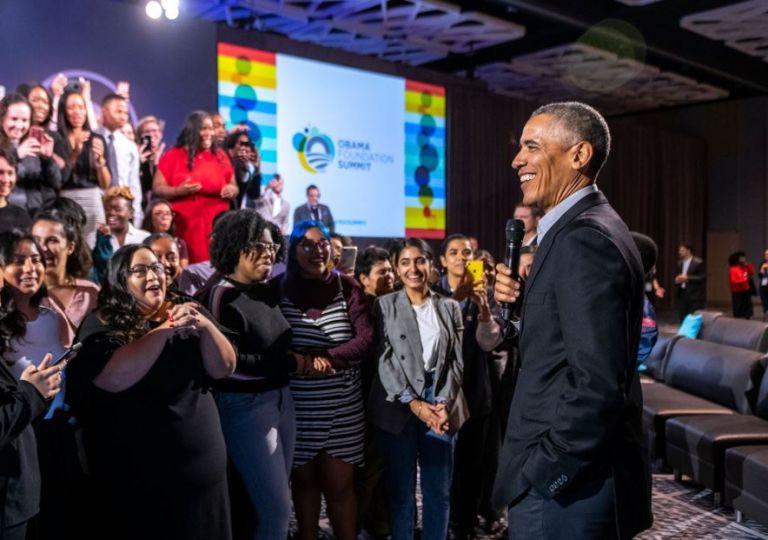 """""""Si te sientes confiado sobre tu sexualidad, no necesitas tener a 8 mujeres alrededor tuyo haciendo twerking"""", dijo Obama. Foto: Obama Foundation Facebook."""
