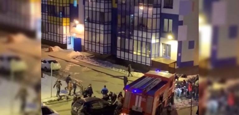 Un video filmado por un testigo desde un edificio cercano captó el momento.