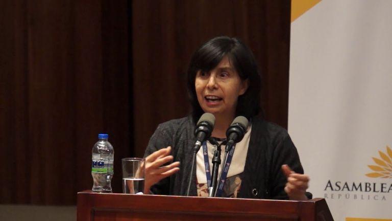 Gina Benavides nació en Quito el 28 de septiembre de 1964, es magíster en derechos humanos y democracia en América Latina.