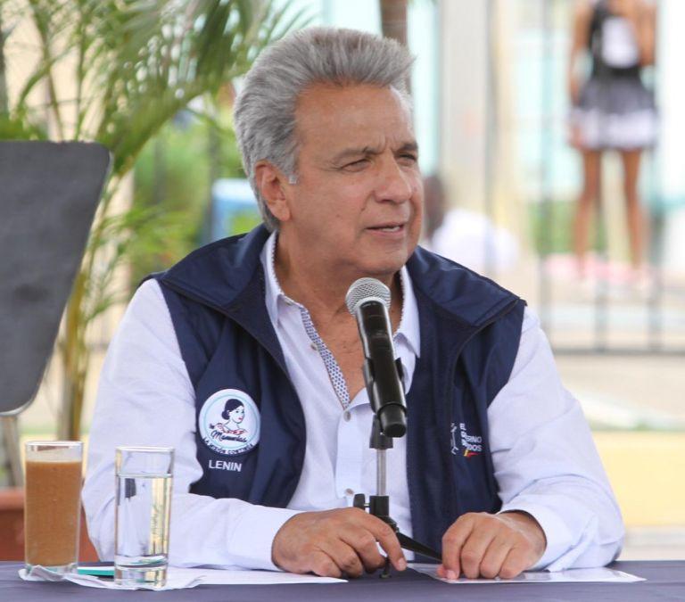 Semanas atrás, activista político Fernando Villavicencio presentó documentación a la Fiscalía para investigar a Moreno. Foto: Presidencia.