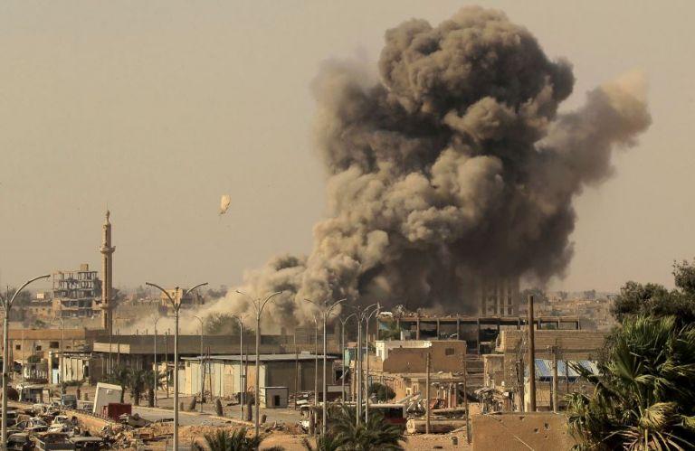 El humo se eleva después de un ataque aéreo en Raqqa, Siria. Foto de archivo de Reuters.
