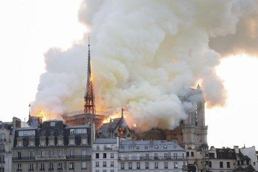 La catedral de Notre Dame de París, uno de los monumentos más emblemáticos de la capital francesa, está sufriendo un incendio. Fotos: AFP.