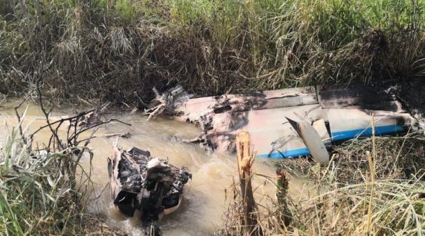 La avioneta estaba accidentada dentro de un canal de riego.