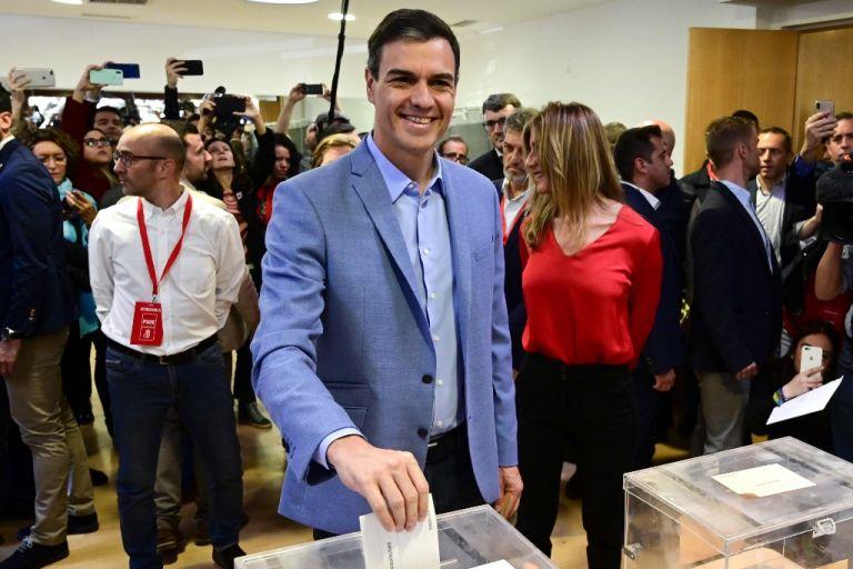 El socialista Pedro Sánchez se anuncia como el ganador de las legislativas de este domingo. Foto: AFP