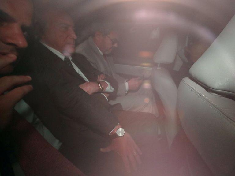 El exmandatario de 78 años salió de su casa en la zona oeste de la ciudad en el asiento trasero de un auto con vidrios oscuros. Foto: Reuters