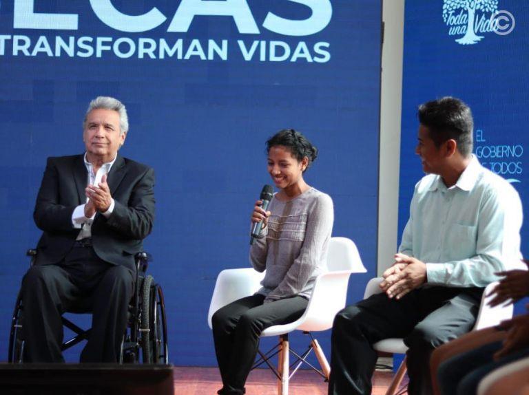 El presidente Moreno entregó 1.000 becas estudiantiles, de tercer nivel, en el ciclo Costa. Foto: Min. de Educación.