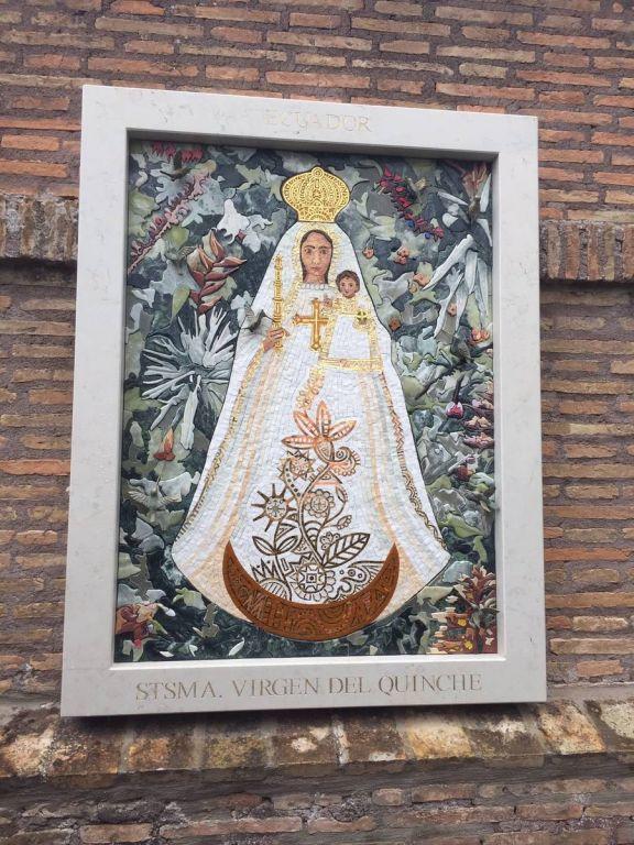 El fondo del mosaico de la Virgen del Quinche está formado por diferentes plantas y flores silvestres de todas las regiones del Ecuador.