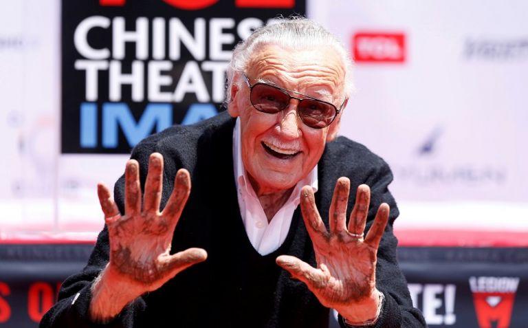 Lee muestra sus manos después de colocarlas en cemento durante una ceremonia en el teatro chino. Foto: Reuters