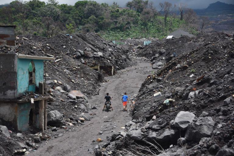 Las autoridades de protección civil siguen sin declarar camposanto el área debido a presiones de familiares y sectores sociales. Foto: AFP.
