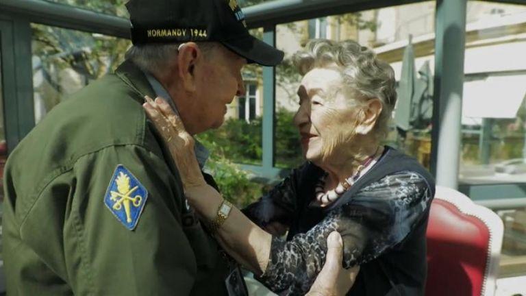El emotivo reencuentro del soldado estadounidense con la mujer que le robó el corazón en Francia.