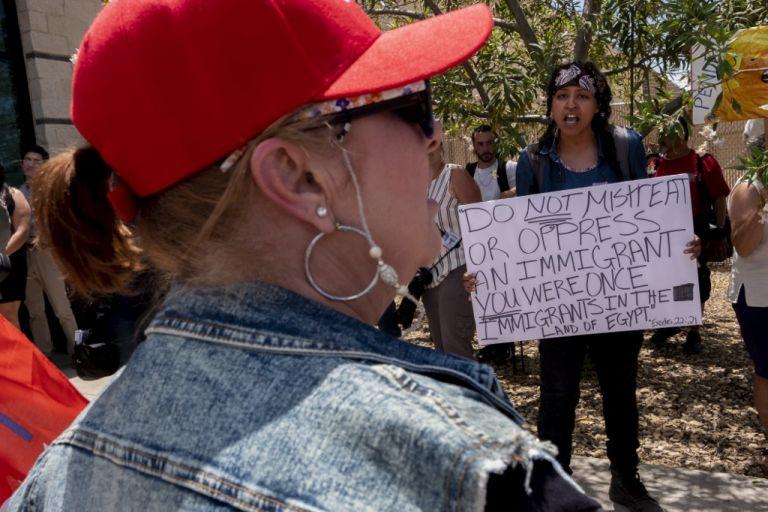 En las últimas semanas han sido frecuentes las marchas a favor de los controles migratorios y las realizadas por organizaciones que apoyan a los migrantes. Foto: AFP.