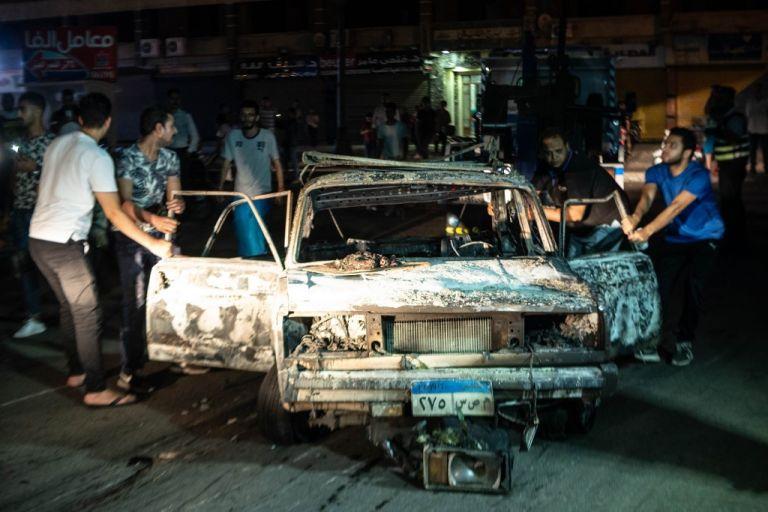 Varios vehículos quedaron en llamas a las afueras del Instituto Nacional del Cáncer en El Cairo. Foto: AFP.