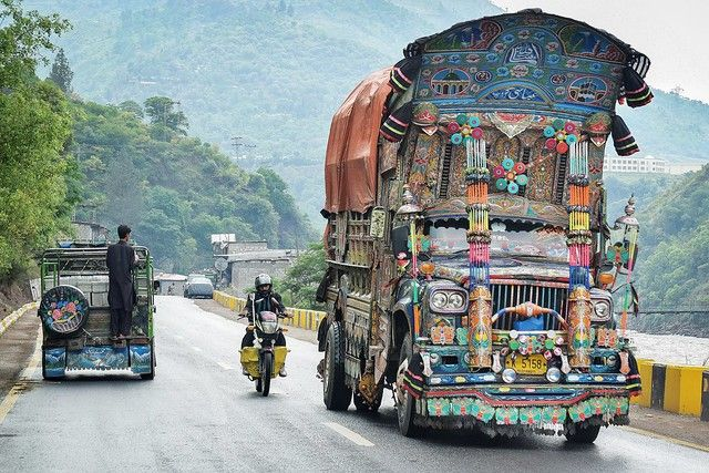 Las autoridades indias pidieran la suspensión inmediata de una famosa peregrinación hindú a una cueva en el Himalaya de esta región de mayoría musulmana.