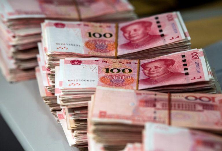 El yuan se hundió este lunes a su valor más bajo desde 2010 respecto al dólar. Foto: AFP