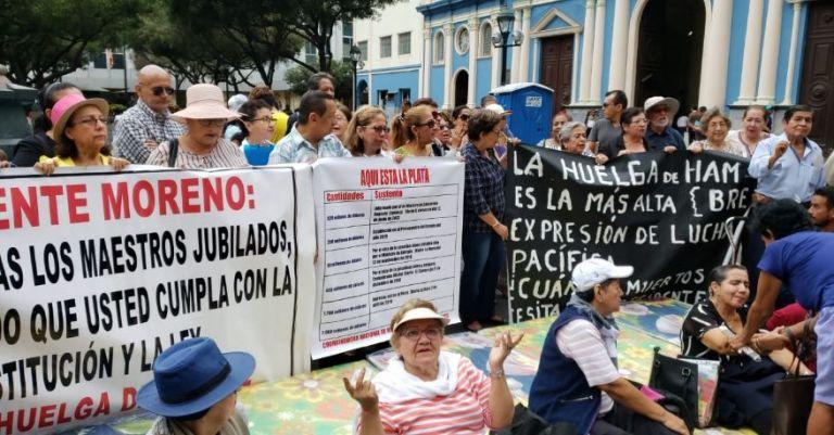 En Guayaquil, un grupo de maestros jubilados iniciaron la huelga de hambre, como rechazo a la forma de pago de los incentivos anunciada por el Gobierno.