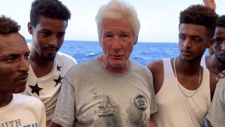 """""""Estamos aquí en el barco Open Arms. Trajimos de Lampedusa la mayor cantidad de agua y comida posible para todas las personas a bordo"""", dijo el actor. Foto: AFP"""