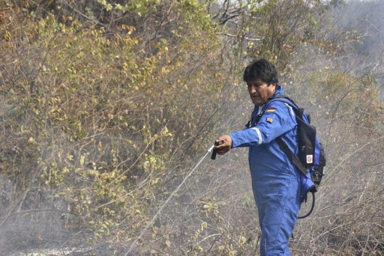 Durante dos días Evo Morales se ha sumado a las acciones para controlar los incendios forestales en Bolivia. Foto: AFP.